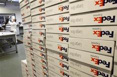 FedEx a fait état mercredi d'une baisse de 11,9% de son bénéfice trimestriel due à la hausse de ses coûts et à la baisse des volumes, résultats du passage de l'ouragan Sandy sur le nord-est des Etats-Unis mais aussi au succès des offres à bas prix auprès des clients. /Photo d'archives/REUTERS/Rick Wilking