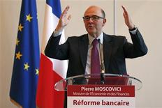 """Le ministre de l'Economie Pierre Moscovici a défendu mercredi matin le projet de réforme bancaire du gouvernement, assurant qu'il concrétiserait la promesse de François Hollande de séparer les activités spéculatives des banques de celles qui sont """"utiles à l'emploi et l'investissement"""". /Photo prise le 19 décembre 2012/REUTERS/Charles Platiau"""