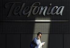 Telefónica anunció el miércoles que sus nuevas ofertas de descuentos en España han tenido una acogida muy buena desde su lanzamiento en octubre, lo que debería frenar la reciente huida masiva de abonados hacia competidores más baratos. En la imagen, un hombre habla por el móvil junto a una sede de Telefónica en Madrid REUTERS/Susana Vera