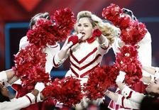 Cantora Madonna faz show da turnê MDNA no Staples Center, em Los Angeles. Embora as paradas pop deste ano tenham sido dominadas por cantores jovens, foram os veteranos -encabeçados por Madonna- que mais faturaram fazendo shows. 10/10/2012 REUTERS/Mario Anzuoni