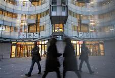 """La BBC no presionó a su programa insignia de noticias para que renunciara a un reportaje que exponía los presuntos abusos sexuales cometidos por su ex presentador Jimmy Savile, pero unos correos electrónicos publicados por una investigación mostraron que algunos conocían el """"lado oscuro"""" de la ex estrella incluso mientras le preparaban un programa de homenaje. En la imagen, el edificio de la BBC en Londres, el 19 de diciembre de 2012. REUTERS/Luke MacGregor"""