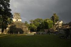 """En la espesa selva de Guatemala, elegida por George Lucas para filmar inolvidables escenas de la saga de """"La Guerra de las Galaxias"""", miles de fans se están preparando ahora para otro evento monumental: el final de una era según la cultura Maya. En la imagen, templos de la antigua ciudad de Tikal, el 14 de diciembre de 2012. REUTERS/Mike McDonald"""