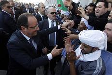 François Hollande a été accueilli en grande pompe mercredi à l'aéroport d'Alger par le président Abdelaziz Bouteflika. Le chef de l'Etat français s'est ensuite offert un bain de foule sur le front de mer d'une capitale algérienne sous haute surveillance. /Photo prise le 19 décembre 2012/REUTERS/Louafi Larbi