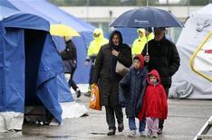 Una famiglia in una tendopoli a Finale Emilia. REUTERS/ Giorgio Benvenuti