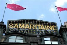 """Façade du bâtiment de la Samaritaine, face à la Seine, lors de sa fermeture en 2005 pour des raisons de sécurité. Le groupe LVMH a annoncé mercredi avoir obtenu le feu vert de la Ville de Paris pour la construction du site de la """"nouvelle"""" Samaritaine, qui comptera un hôtel de grand luxe, des commerces, des bureaux et des logements sociaux. /Photo d'archives/REUTERS"""