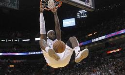 Miami Heat's LeBron James dunks against the Washington Wizards in the first half of their NBA basketball game in Miami, Florida December 15, 2012. REUTERS/Andrew Innerarity