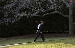 """El presidente de Estados Unidos vetaría el """"plan B"""" republicano sobre impuestos designado para evitar un alza impositiva el 1 de enero, dijo el miércoles la Casa Blanca, que agregó que la propuesta no cumple con el requisito de Barack Obama de que los recortes de gastos no tengan excesivo impacto en la clase media. En la imagen, Obama camina hacia el Despacho Oval el 18 de diciembre de 2012. REUTERS/Kevin Lamarque"""