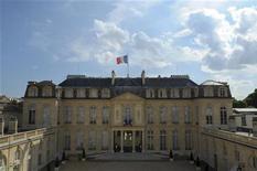 La Cour de cassation a relancé mercredi une information judiciaire pour favoritisme visant des sondages commandés par l'Elysée à des proches de Nicolas Sarkozy quand il était chef de l'Etat. La plus haute juridiction française a annulé un arrêt de la cour d'appel de Paris de 2011 qui avait mis fin à cette procédure en estimant qu'il n'était pas possible d'enquêter du fait de l'immunité pénale du chef de l'Etat. /Photo d'archives/REUTERS/Philippe Wojazer