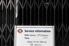 """Объявление о забастовке у входа на станцию Westminster в лондонском метро 26 декабря 2011 года. Матч английской Премьер-Лиги между """"Арсеналом"""" и """"Вест Хэмом"""" перенесен с 26 декабря на более поздний срок из-за запланированной на этот день забастовки в лондонском метро, сообщили в среду """"канониры"""". REUTERS/Stefan Wermuth"""
