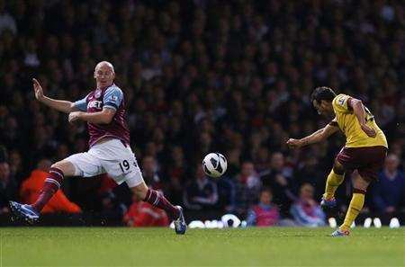 Arsenal's Santi Cazorla (R) scores a goal during their English Premier League soccer match against West Ham at the Boleyn Ground in London October 6, 2012. REUTERS/Eddie Keogh