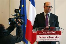 """Le ministre de l'Economie et des Finances, Pierre Moscovici, lors d'une conférence de presse sur le projet de réforme bancaire. Le projet présenté par le gouvernement va beaucoup moins loin que ce qu'avait promis François Hollande, estiment des députés de droite et de gauche, mais les premiers s'en réjouissent tandis que les seconds condamnent ce """"recul"""". /Photo prise le 19 décembre 2012/REUTERS/Charles Platiau"""