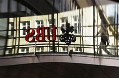 Le groupe bancaire suisse UBS s'est vu infliger mercredi une amende de 1,4 milliard de francs (1,16 milliard d'euros), admettant une fraude perpétrée par une quarantaine de ses collaborateurs et prenant la forme d'une manipulation du taux Libor. /Photo prise le 19 décembre 2012/REUTERS/Michael Buholzer