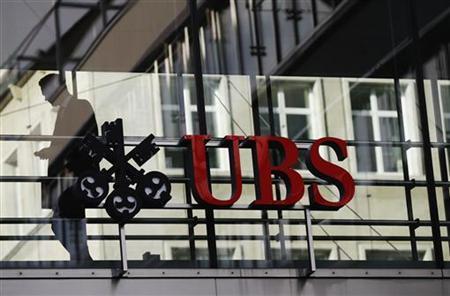 An employee walks past a logo of Swiss bank UBS in Zurich December 19, 2012. REUTERS/Michael Buholzer