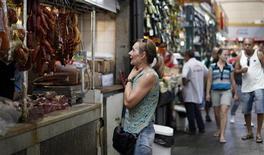 Um cliente observa produtos de carne no Mercado Municipal em São Paulo. Os preços de despesas pessoais e alimentos impulsionaram o Índice Nacional de Preços ao Consumidor Amplo-15 (IPCA-15) para a maior alta em mais de um ano e meio em dezembro, fechando 2012 bem acima do centro da meta oficial, o que deve manter o Banco Central ainda mais vigilante no início de 2013. 4/2/2012 REUTERS/Nacho Doce