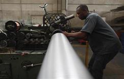 Um funcionário trabalha em companhia que fabrica tubos flexíveis de metal em São Paulo. A economia brasileira criou 46.095 postos de trabalho com carteira assinada em novembro impulsionada pela contratação no comércio. 20/04/2012 REUTERS/Nacho Doce