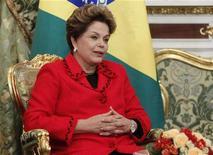 """Presidente Dilma Rousseff é vista durante visita oficial ao Kremlin, em Moscou. Dilma disse nesta quarta-feira que as medidas do governo para impulsionar a economia e impulsionar o investimento em infraestrutura irão garantir um crescimento """"sistemático e sustentável"""" do país nos próximos anos. 14/12/2012 REUTERS/Maxim Shemetov"""