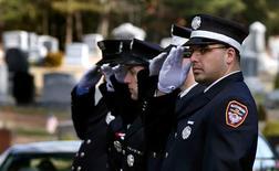La Casa Blanca reveló el miércoles las primeras medidas de un plan de control de armas, mientras Estados Unidos vivía el duelo por las víctimas de la masacre en la escuela primaria Sandy Cook en otra serie de funerales. En la imagen, bomberos saludan en la procesión fúnebre del niño de siete años Daniel Barden, uno de los 20 niños asesinados en los tiroteos del 14 de diciembre en la escuela primaria Sandy Hook, en el cementerio de Saint Rose of Lima, en Newtown, Connecticut, el 19 de diciembre de 2012. Los bomberos de la región acudieron a rendir homenaje a Barden, que había dicho que quería ser bombero de mayor. REUTERS/Mike Segar
