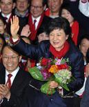 Presidente eleita na Coréia do Sul, Park Geun-hye, acena ao chegar na sede do partido, em Seul. A filha de um ex-governante militar venceu a eleição presidencial da Coreia do Sul na quarta-feira e vai se tornar a primeira mulher a liderar o país, com o discurso de unir uma sociedade dividida. 19/12/2012 REUTERS/Kim Jae-Hwan/Pool