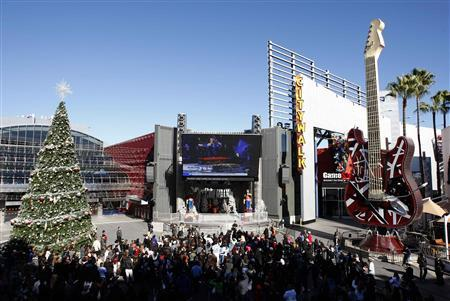 People watch a live broadcast of the memorial service for Mexican-American singer and Spanish language television personality Jenni Rivera at Universal Studios in Los Angeles, California, December 19, 2012. REUTERS/David McNew