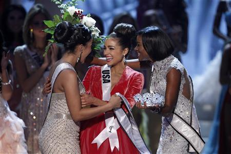 Miss USA Olivia Culpo (C) is congratulated by Miss Teen USA 2012 Logan West (L) and Miss Universe 2011 Leila Lopes from Angola after being crowned during the Miss Universe pageant at Planet Hollywood Resort and Casino in Las Vegas, Nevada December 19, 2012. REUTERS/Steve Marcus