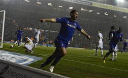 Branislav Ivanovic de Chelsea fête son but contre Leeds en quarts de finale de la Coupe de la League, à Leeds. Les Blues, en pleine tourmente, se sont qualifiés pour les demi-finales en battant 5-1 son adversaire du soir, pensionnaire de deuxième division. /Photo prise le 19 décembre 2012/REUTERS/Nigel Roddis