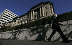 Le siège de la Banque du Japon, à Tokyo. La Banque centrale nippone a décidé d'augmenter de 10.000 milliards de yens (90 milliards d'euros) son programme d'achat d'actifs et de prêts pour le porter à 101.000 milliards de yens (907,5 milliards d'euros). /Photo prise le 20 décembre 2012/REUTERS/Kim Kyung-Hoon