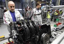 Usine PSA d'assemblage de moteurs, près de Metz. PSA Peugeot Citroën et General Motors annoncent l'abandon d'un de leurs projets communs de voitures tout en décidant d'élargir leur alliance aux moteurs. /Photo d'archives/REUTERS/Vincent Kessler
