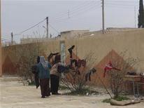 Rebeldes sirios capturaron al menos seis pueblos en la provincia central de Hama, dijeron activistas, en una operación para presionar al presidente Bashar el-Asad desde el norte, en momentos en que los insurgentes se acercan a la capital desde los suburbios sureños. En la imagen, refugiadas sirios que huyen de la violencia en sus poblaciones cuelgan su colada en su hogar temporal en un colegio en Tel Abyed cerca de Hasaka, el 17 de diciembre de 2012. REUTERS/Samer Al-Abdullah/Shaam News Network/