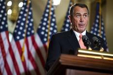 """Las negociaciones para evitar una crisis fiscal en Estados Unidos se estancaron el miércoles, debido a que el presidente Barack Obama acusó a los republicanos de endurecer sus posiciones por un rencor personal, mientras un líder opositor dijo que el mandatario era """"irracional"""". En la imagen, el presidente de la Cámara de Representantes de EEUU, John Boehner, se dirige a los medios en el Capitolio, Washington, el 19 de diciembre de 2012. REUTERS/Joshua Roberts"""