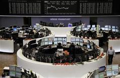 Las bolsas europeas caían desde los máximos de varios meses tras los nuevos indicios de fricción en las negociaciones estadounidenses sobre los presupuestos. En la imagen, el traders en la Bolsa de Fráncfort, el 18 de diciembre de 2012. REUTERS/Remote/Marte Kiessling