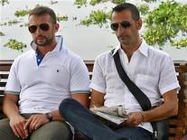 I Marò italiani Salvatore Girone (a sinistra) e Massimiliano Latorre. REUTERS/Sivaram V