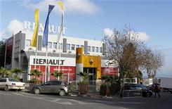 Concessions Renault à Alger. L'usine que le constructeur automobile Renault construira en Algérie nécessitera environ un milliard d'euros d'investissement, a indiqué le ministre algérien de l'Industrie. /Photo prise le 18 décembre 2012/REUTERS/Louafi Larbi