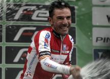 """El número uno mundial del ciclismo, el español Joaquim 'Purito' Rodríguez, no se arrepiente de haber firmado un nuevo contrato con el Katusha en pretemporada a pesar de que el equipo ruso se enfrenta a una posible exclusión de la World Tour, la máxima categoría del ciclismo mundial. En la imagen, de 29 de septiembre, el ciclista español Joaquím """"Purito"""" Rodríguez celebra en el podio su triunfo en el Tour de Lombardía. REUTERS/Stringer"""