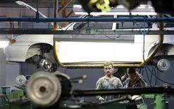 Сотрудники Автоваза на сборочной линии завода в Тольятти 25 сентября 2009 года. Акции Автоваза подскочили в четверг в результате ложного сообщения об обратном выкупе акций, опубликованного в российских СМИ. REUTERS/Denis Sinyakov