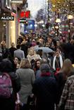 Christmas shoppers crowd Oxford Street in central London December 19, 2012. REUTERS/Neil Hall