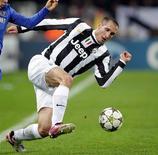Le défenseur de la Juventus Turin Giorgio Chiellini est touché à un mollet, manquera le match de Serie A contre Cagliari ce vendredi et pourrait être absent pendant deux mois, selon la presse italienne. /Photo prise le 20 novembre 2012/REUTERS/Tony Gentile