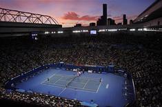 Vue de la Rod Laver Arena, à Melbourne. Les organisateurs de l'Open d'Australie ont augmenté jeudi la dotation à un niveau record pour un tournoi de tennis, en particulier pour les joueurs éliminés en début de compétition. /Photo d'archives/REUTERS/Steve Holland