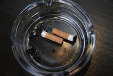 El tabaquismo entre los adolescentes estadounidenses cayó a un mínimo histórico en 2012, un descenso que en parte podría haber estado motivado por la fuerte subida en los impuestos federales que gravan el tabaco, dijeron el miércoles investigadores. En la imagen, de archivo, un cenicero con varias colillas apagadas. REUTERS/Stefan Wermuth