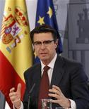 El ministro de Industria español, José Manuel Soria, anunció el jueves que la reforma del sector eléctrico que el Gobierno está preparando para ajustar los costes del sistema estará lista en los primeros seis meses de 2013. En la imagen de archivo, el ministro de Industria durante una conferencia de prensa en Madrid, el 30 de marzo de 2012. REUTERS/Andrea Comas