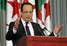 """Presidente francês, François Hollande, faz discurso no Palais de Nations, em Argel, no segundo dia de sua visita oficial à Argélia. Hollande admitiu que a colonização francesa na Argélia foi """"brutal e injusta"""", mas evitou um pedido de desculpas ao país do norte africano. 20/12/2012 REUTERS/Louafi Larbi"""