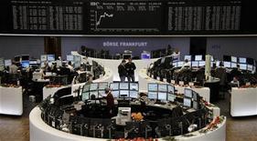 Помещение Франкфуртской фондовой биржи 20 декабря 2012 года. Европейские акции возместили потери предыдущего дня и достигли позитивных значений в четверг, при этом больше всех выиграла британская инженерная группа Weir. REUTERS/Remote/Lizza David