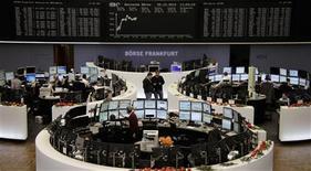 Les Bourses européennes sont hésitantes à mi-séance, comme les futures à Wall Street, alors que l'incertitude est de retour concernant l'issue des négociations budgétaires aux Etats-Unis. À Paris, le CAC 40 avance de 0,08% à 12h35, après un creux à 3.652 en début de séance. Londres gagne de même 0,08% et Francfort 0,03%, mais les Bourses espagnole et suisse restent dans le rouge. /Phoot prise le 20 décembre 2012/REUTERS/Remote/Lizza David