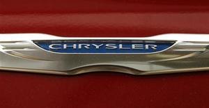 El grupo automovilístico Chrysler está en conversaciones avanzadas con Santander para que el banco español se convierta en el principal prestamista para la adquisición de automóviles, dijo una fuente con conocimiento de las negociaciones. En la imagen de archivo, un logo de Chrysler en un coche en un concesionario en Viena, el 26 de abril de 2012. REUTERS/Kevin Lamarque