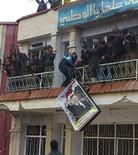 Membres de l'Armée syrienne libre célébrant la prise de la ville d'Helfaya, dans la province de Hama, mardi. En cette fin d'année 2012, la révolte en Syrie semble proche d'un tournant majeur, alors que le régime de Bachar al Assad semble de plus en plus fragilisé face à la progression des rebelles et au fléchissement du soutien russe. /Photo prise le 18 décembre 2012/REUTERS/Samer Al-Hamwi/Shaam News Network