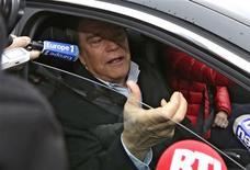 La reprise par Bernard Tapie des quotidiens du groupe Hersant dans le sud de la France est vue avec suspicion par la classe politique, qui a peine à croire que l'homme d'affaires ne s'en servira pas comme d'un tremplin pour la mairie de Marseille. /Photo prise le 20 décembre 2012/REUTERS/Eric Gaillard