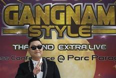 Корейский певец Psy приветствует поклонников перед началом пресс-конференции по случаю его концерта в Бангкоке 28 ноября 2012 года. Его видеоклип побил рекорд по числу просмотров на Youtube, а манера танцевать покорила мир и стала хитом поп-культуры. Теперь же корейский певец Psy претендует на то, чтобы попасть в толковый словарь английского языка. REUTERS/Damir Sagolj