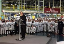 Fiat va investir un milliard d'euros pour produire à partir de 2014 deux nouveaux modèles -une mini Jeep et une Fiat 500- dans son usine de Melfi, dans le sud de l'Italie, a annoncé jeudi l'administrateur délégué du groupe, Sergio Marchionne. /Photo prise le 20 décembre 2012/REUTERS/Ciro De Luca