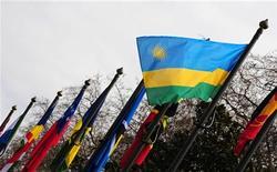 El ex ministro ruandés Augustin Ngirabatware fue condenado a 35 años de cárcel por un tribunal de crímenes de guerra de la ONU el jueves, por incitación e implicación en el genocidio que vivió el país en 1994. En la imagen, la bandera nacional de Ruanda entre varias banderas de la Commonwealth en Londres en una fotografía de archivo. REUTERS/Toby Melville