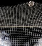 L'Olympique lyonnais retrouvera dès le mois de février son ex-gardien de but Hugo Lloris puisqu'il affrontera Tottenham en 16e de finale de la Ligue Europa. Le tirage au sort effectué jeudi a par ailleurs mis le Dynamo Kiev sur la route des Girondins de Bordeaux. /Photo d'archives/REUTERS/Kai Pfaffenbach