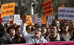 El Gobierno regional madrileño continuó el jueves su pulso con médicos y oposición por sus planes de privatizar parte de la gestión sanitaria, con lo que espera ahorrar 500 millones de euros. En la imagen, varios trabajadores sanitarios protestan en Madrid el 20 de diciembre de 2012. REUTERS/Sergio Pérez